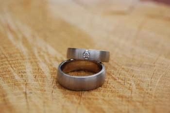 Diese Trauringe wurden in Weißgold gefertigt. Der Damenring hat einen Brillanten der in einen Spalt im Ring gefasst wurde.