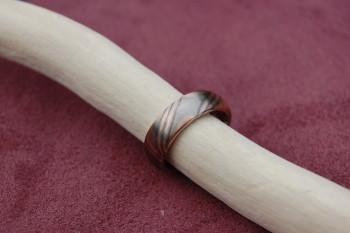 dieser Ring wurde in der japanischen Mokume Ganz Technik aus Rotgold, Palladium und Silber gefertigt.