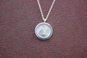 Dieses Schmuckstück wurde für die Ausstellung der Gold- und Silberschmiedeinnung Aachen angefertigt.